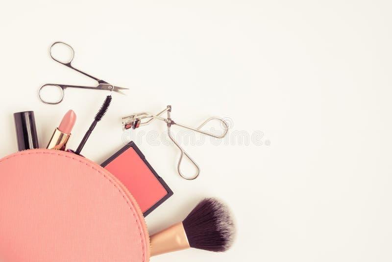 Bästa sikt av den kosmetiska påsen med makeupobjekt royaltyfri bild