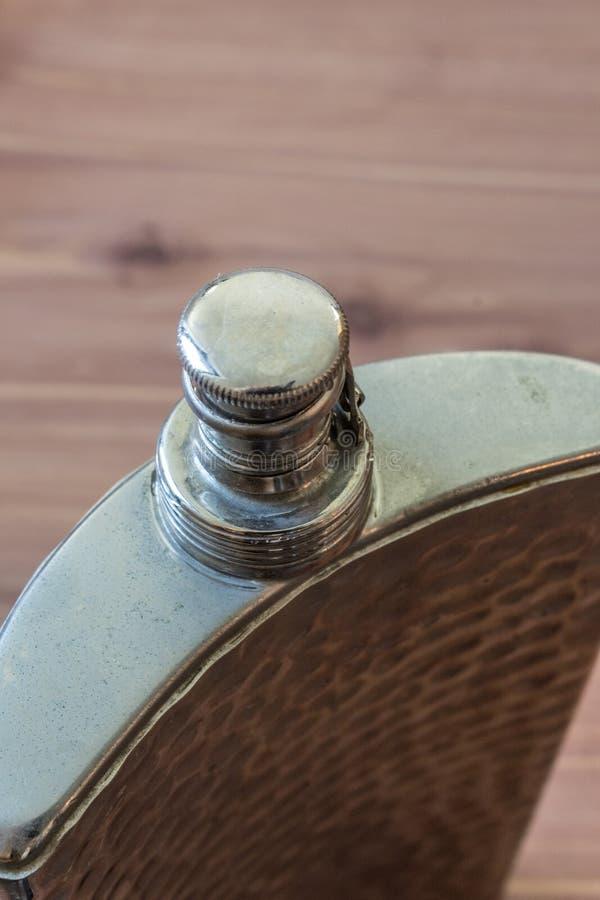 Bästa sikt av den krökta flaskan som dricker alkoholismböjelsebegrepp arkivbild