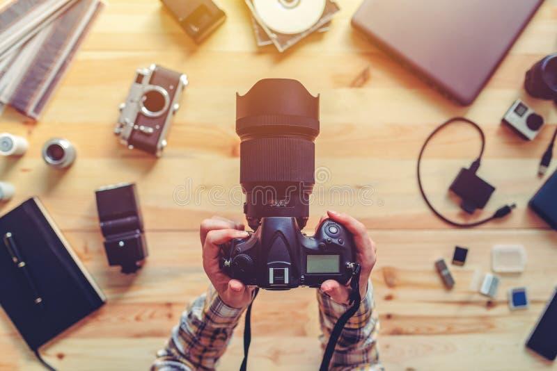 Bästa sikt av den kvinnliga fotografen som rymmer den digitala kameran royaltyfri foto