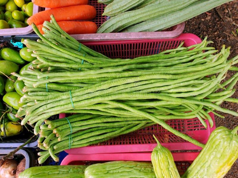 Bästa sikt av den långa bönan för gård på korgen som är till salu i marknaden royaltyfria bilder