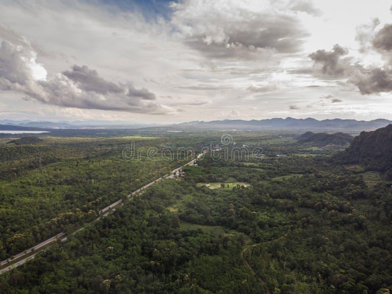 Bästa sikt av den lantliga vägen, banan till och med den gröna skogen och bygd av Thailand, flygbild för bästa sikt från surret arkivbild