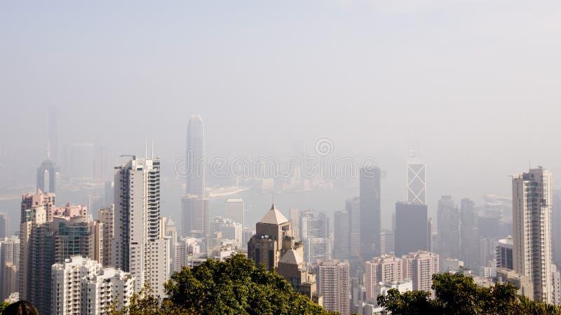 Bästa sikt av den moderna staden i dimma fotografering för bildbyråer