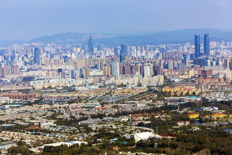 Bästa sikt av den moderna staden av Kunming royaltyfri bild