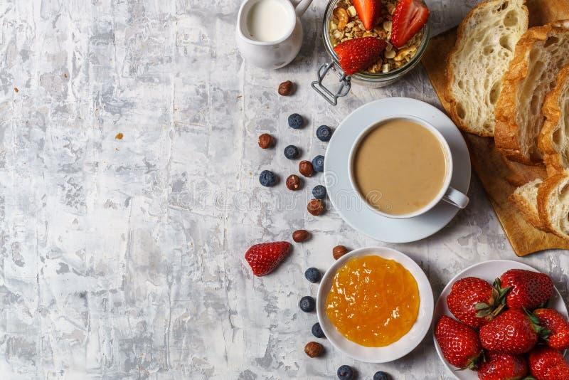 Bästa sikt av den organiska morgonfrukosten royaltyfria foton