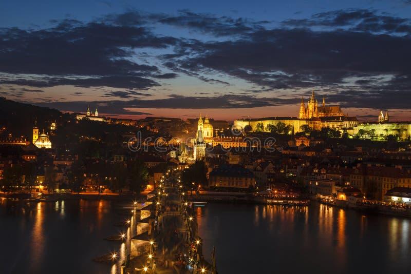 Bästa sikt av den Prague slotten, floden för St Vitus Cathedral, Vltava och den Charles bron på natten Prague, arkivbild
