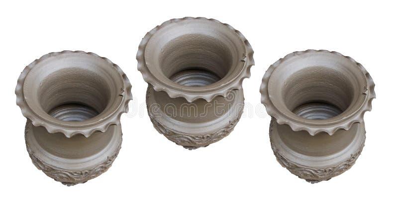 Bästa sikt av den rå lerakrukan som isoleras på vit bakgrund royaltyfria foton
