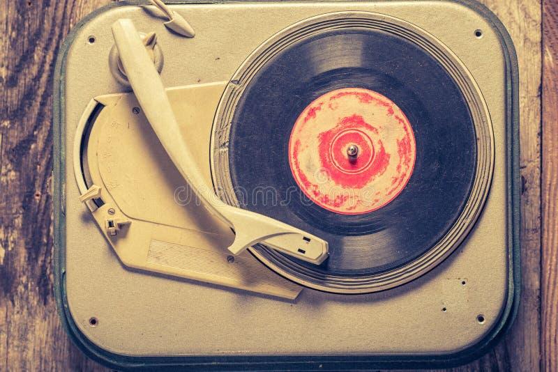 Bästa sikt av den retro grammofonen och gamla vinyler med skrapat royaltyfri bild