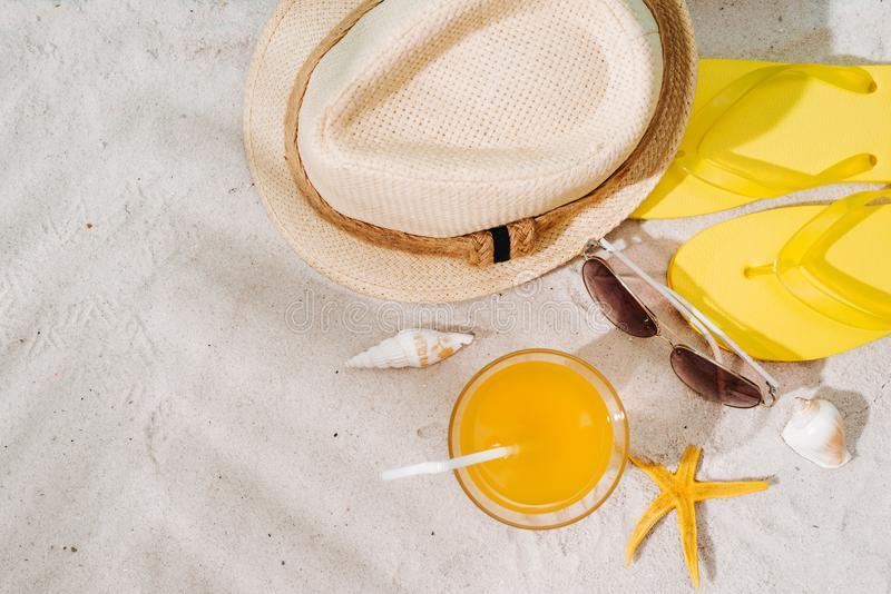 Bästa sikt av den sandiga stranden med exponeringsglas och sommartillbehör bac royaltyfri fotografi