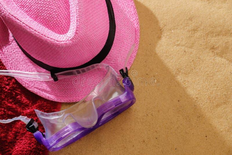 Bästa sikt av den sandiga stranden med handdukram- och sommartillbehör Bakgrund med kopieringsutrymme och sandtextur royaltyfri foto