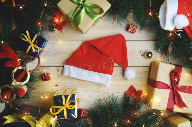 Bästa sikt av den Santa Hat Surrounded By Christmas gåvaprydnaden arkivbild