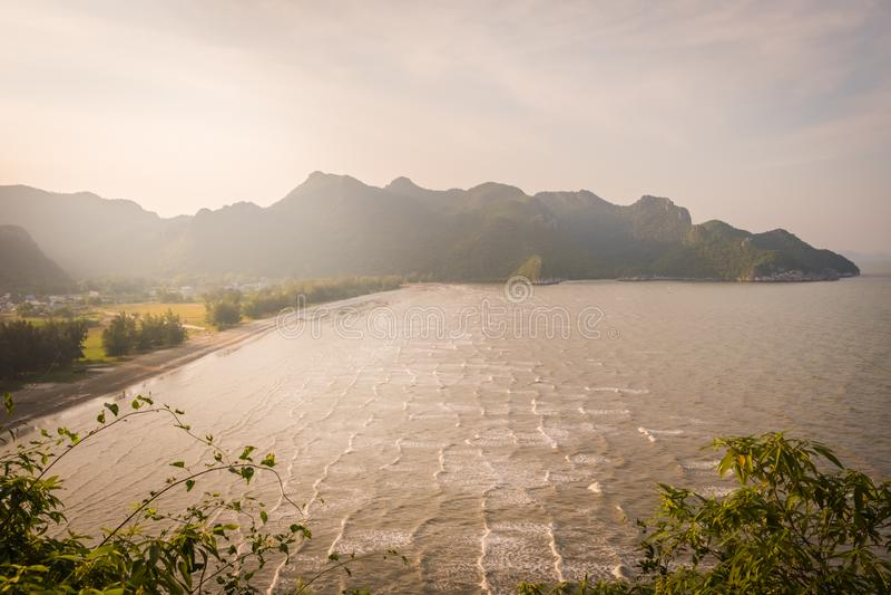 Bästa sikt av 'den smällPO-'stranden nära 'den Phraya Nakhon 'grottan på Pranburi arkivbild