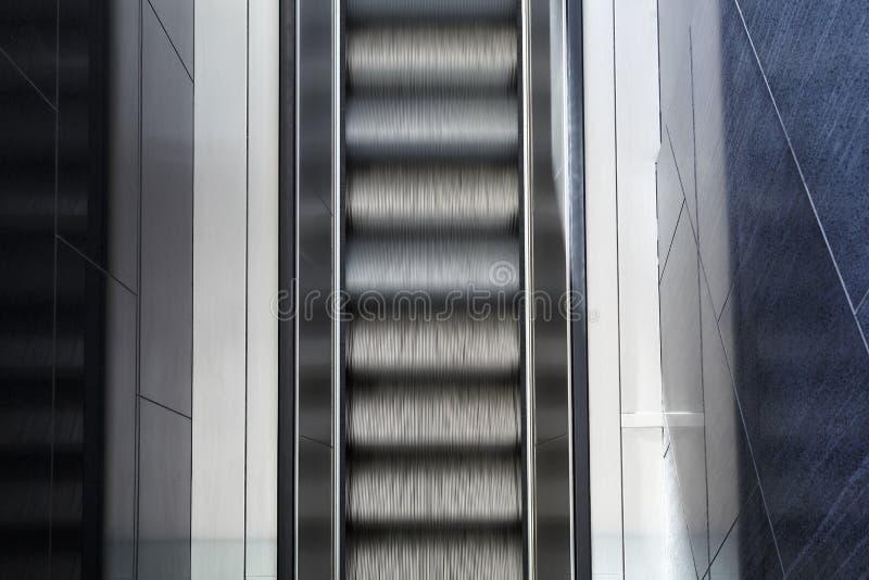 Bästa sikt av den suddiga tomma rulltrappan för rörelse arkivfoto