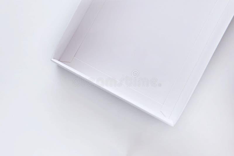 Bästa sikt av den tomma öppna vita gåvaasken royaltyfri foto