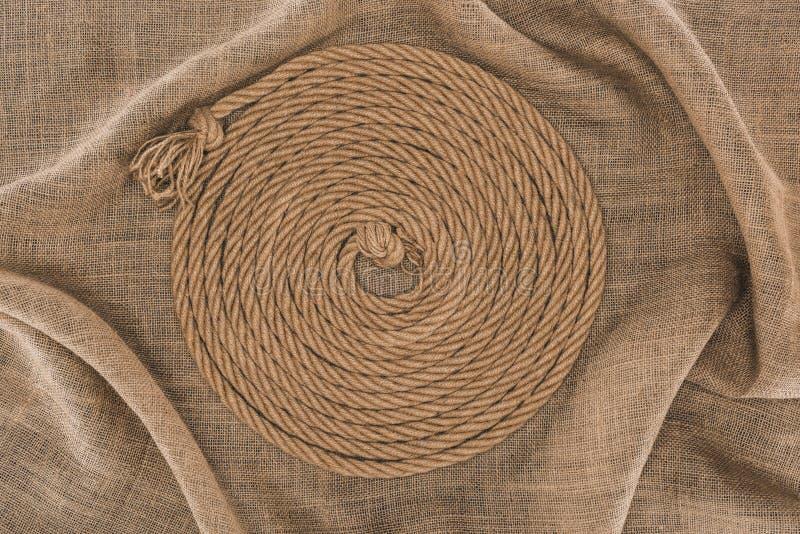 bästa sikt av det bruna nautiska repet som är ordnat i cirkel arkivbilder