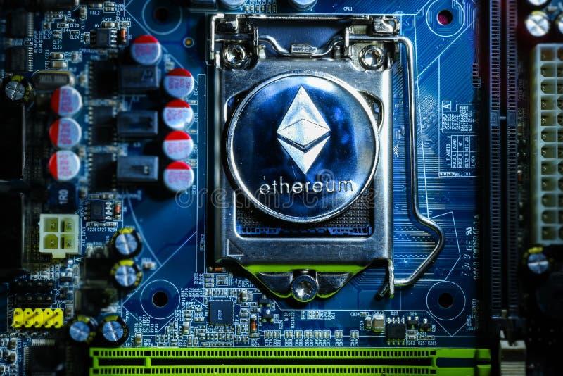 Bästa sikt av det fysiska myntet för silverEthereum cryptocurrency arkivbilder