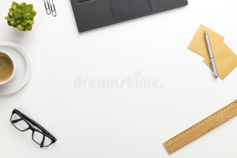 Bästa sikt av det moderna vita kontorsskrivbordet med anteckningsboken och tillförsel royaltyfri fotografi