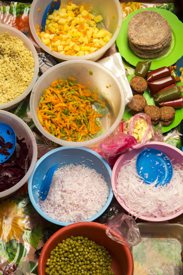 Bästa sikt av det nya valet av grönsaker i matmarknad i Tupi royaltyfria foton