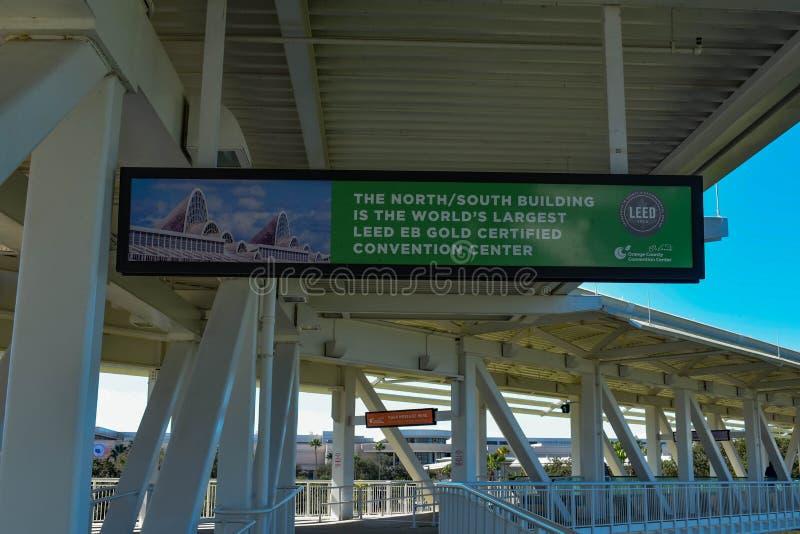 Bästa sikt av det orange den Conty Convention Center tecknet och bron på internationellt drevområde royaltyfri bild