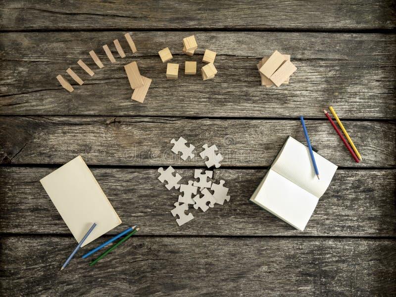Bästa sikt av det texturerade träskrivbordet som är förberett för arbete och explorati royaltyfri fotografi