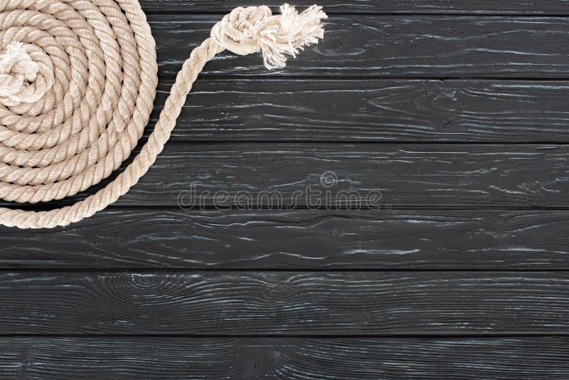 bästa sikt av det vita marin- repet som är ordnat i cirkel på mörker arkivfoto
