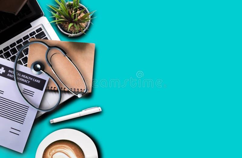 Bästa sikt av doktorsskrivbordet med stetoskopläkarundersökning arkivfoto