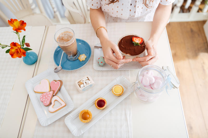 Bästa sikt av efterrätten, kakor, kakor och latte på tabellen royaltyfri fotografi