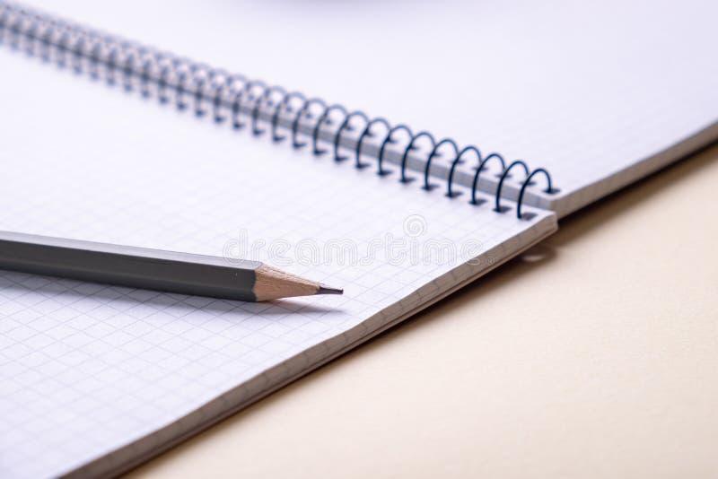 Bästa sikt av en öppen skolaanteckningsbok med en spiralvår, kontorsnotepad med blyertspennan arkivfoton