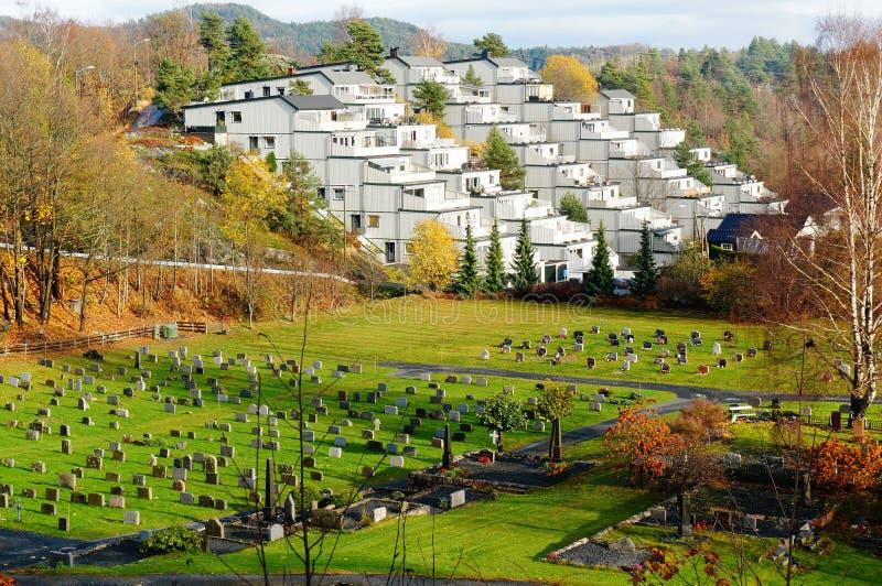Bästa sikt av en bosättning och en kyrkogård royaltyfri foto