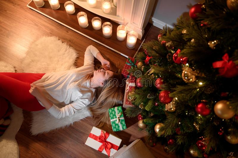 Bästa sikt av en gullig flicka som drömmer att ligga under fotografering för bildbyråer