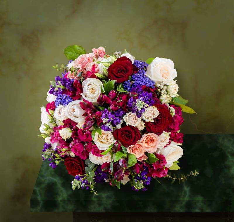 Bästa sikt av en härlig bukett av blommor, mång--färgade rosor royaltyfri fotografi