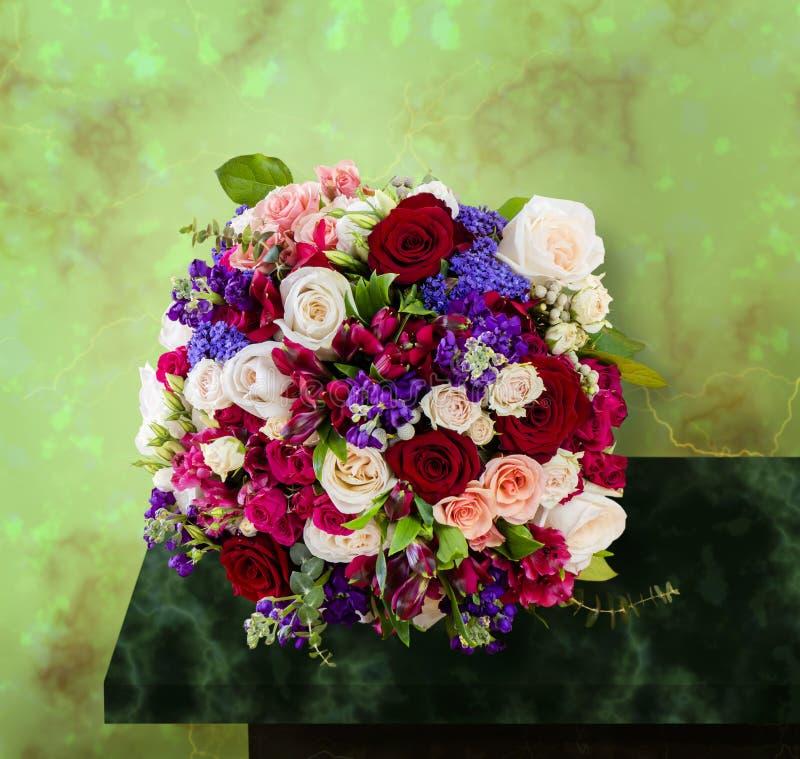 Bästa sikt av en härlig bukett av blommor, mång--färgade rosor fotografering för bildbyråer