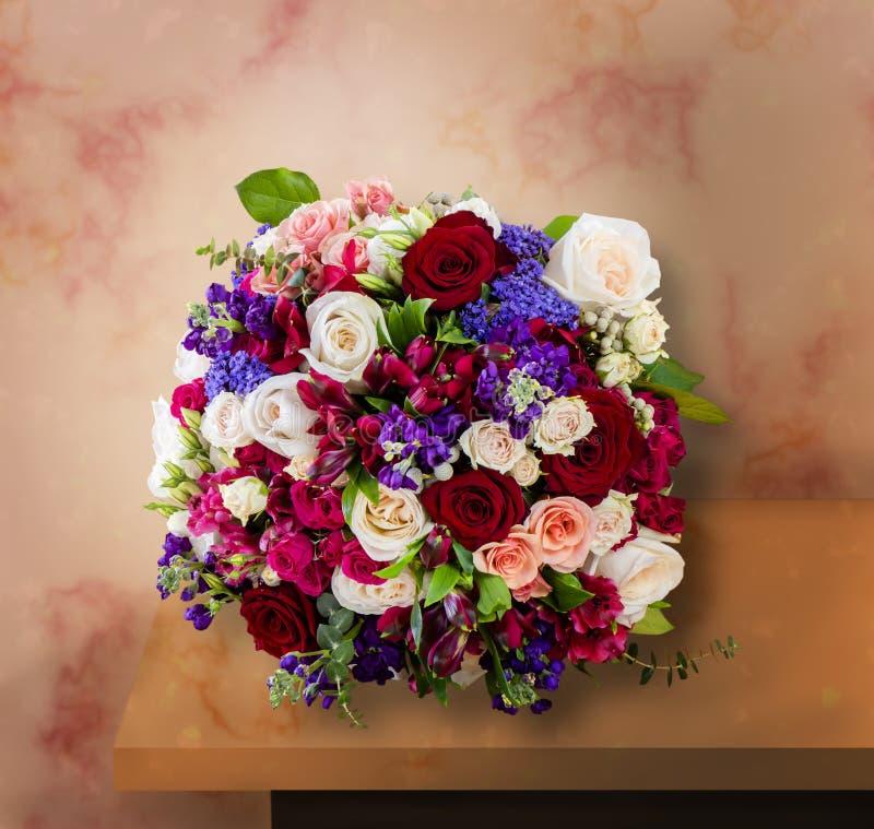 Bästa sikt av en härlig bukett av blommor, mång--färgade rosor arkivbilder