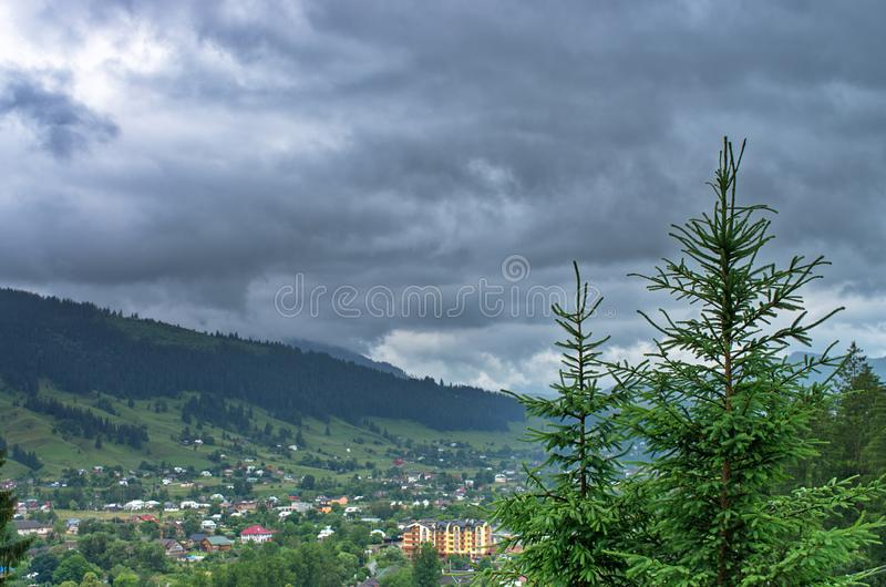 bästa sikt av en by i bergen royaltyfri fotografi