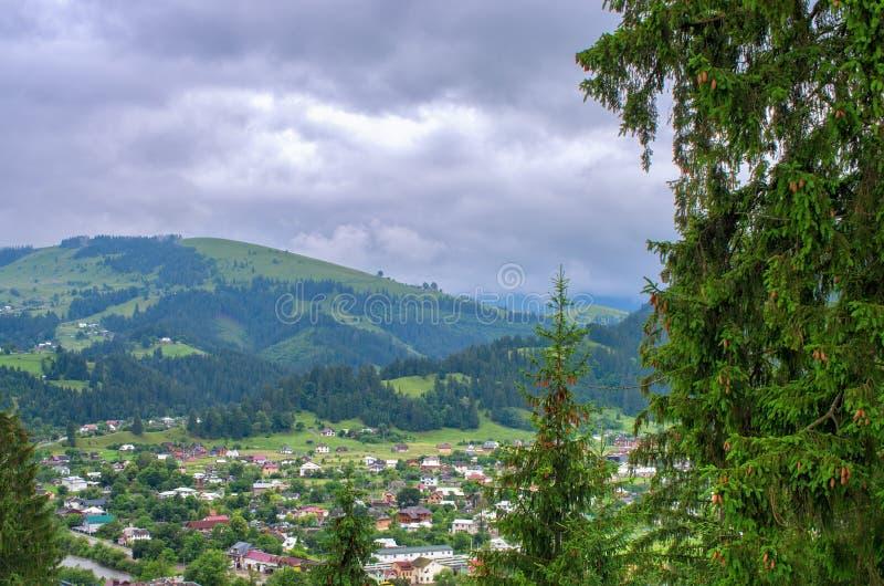 bästa sikt av en by i bergen carpathians royaltyfri foto