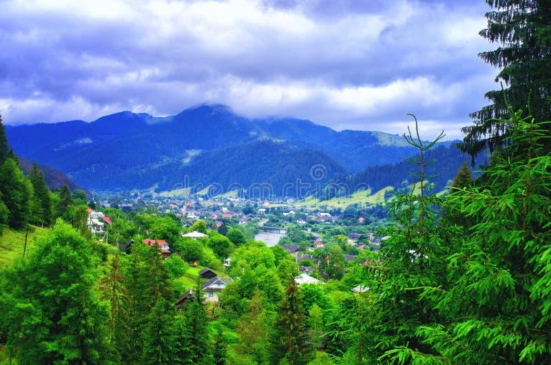 bästa sikt av en by i bergen Carpathians Ukraina arkivbilder