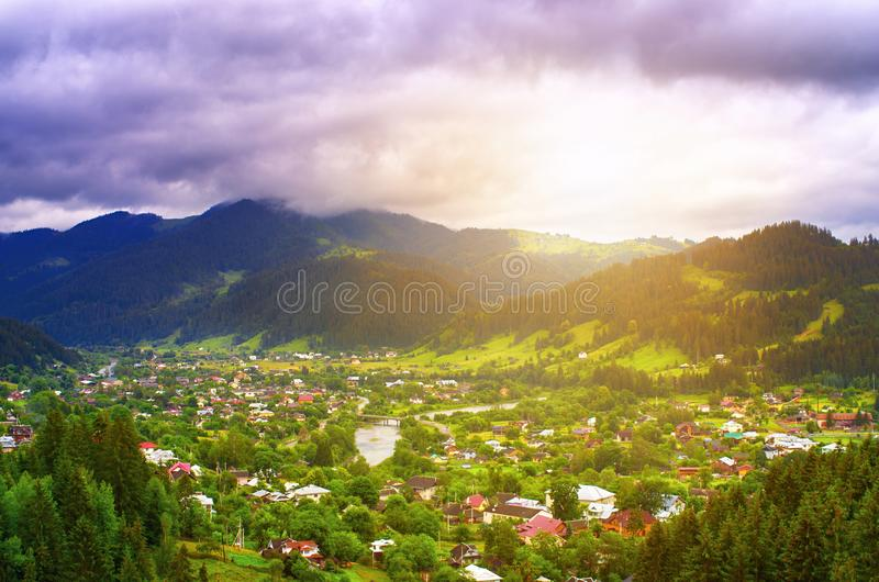 Bästa sikt av en by i bergen, soluppgång Carpathians Ukraina arkivbilder