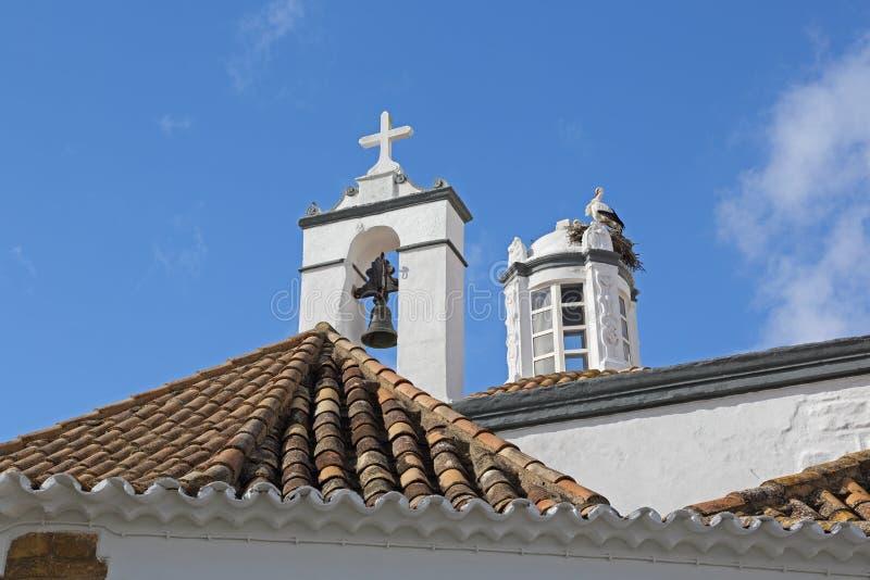 Bästa sikt av en kyrka med storkfåglar i redet - fa arkivfoton