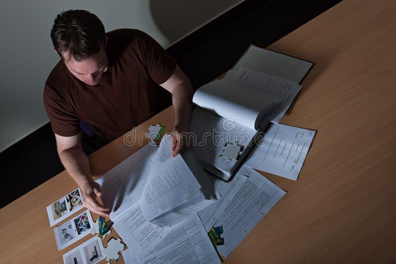 B?sta sikt av en manstudiebok och legitimationshandlingar royaltyfria bilder