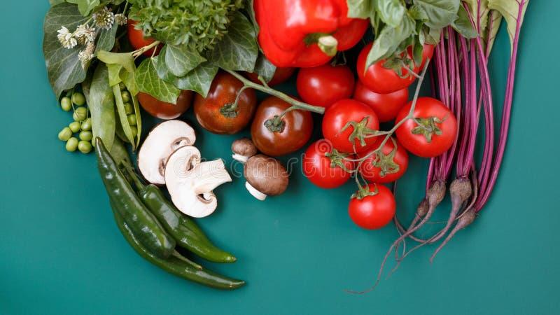 Bästa sikt av en olik organisk mat för nya grönsaker för sunt på mörk lantlig bakgrund med kopieringsutrymme för din text fotografering för bildbyråer