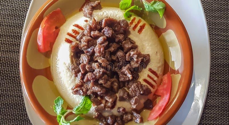 Bästa sikt av en platta av hummusen, en populär mitt-östlig maträtt fotografering för bildbyråer
