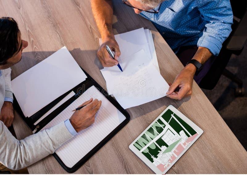 bästa sikt av ett skrivbord med att arbeta för två affärsmän Minnestavla på skrivbordet med ny blå kontorsmötesrum royaltyfri foto