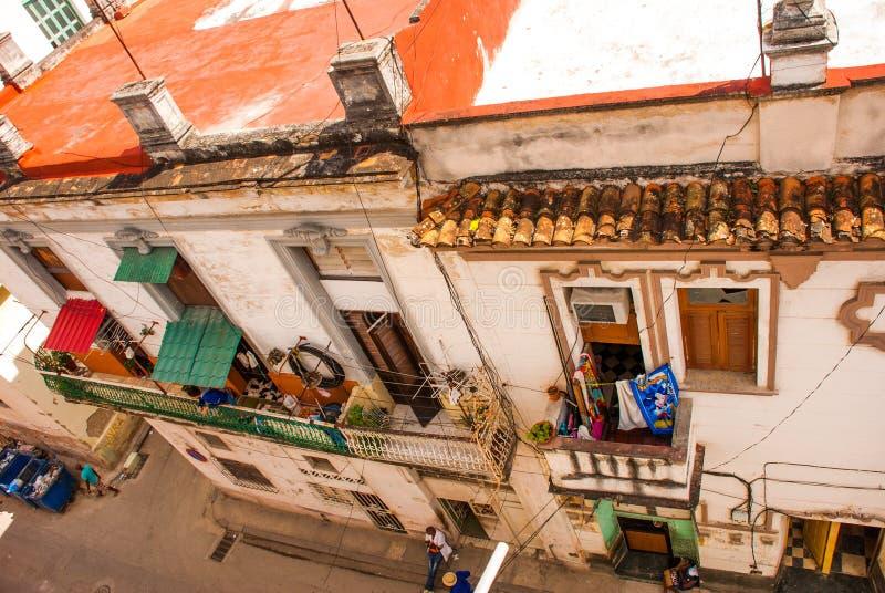Bästa sikt av ett typisk hus med en balkong på gatan havana cuba royaltyfri foto