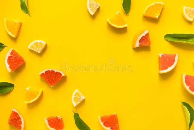 Bästa sikt av färgrik organgefrukt på gul pastellfärgad bakgrund arkivfoton