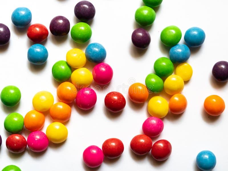 Bästa sikt av färgrika godisar på vit bakgrund arkivbilder