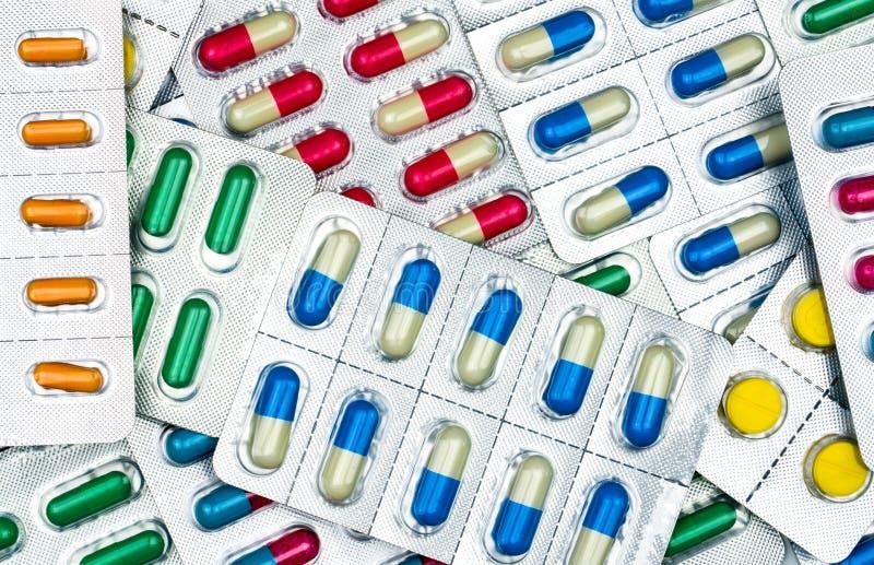 Bästa sikt av färgrika minnestavlor och kapselpreventivpillerar i blåsapackar arkivfoton