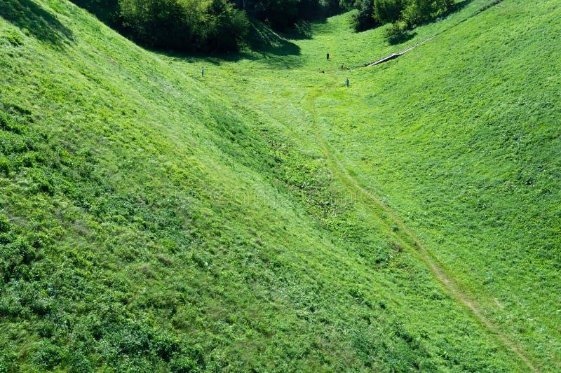 Bästa sikt av fördjupningen mellan bergen och gå för folk arkivbilder