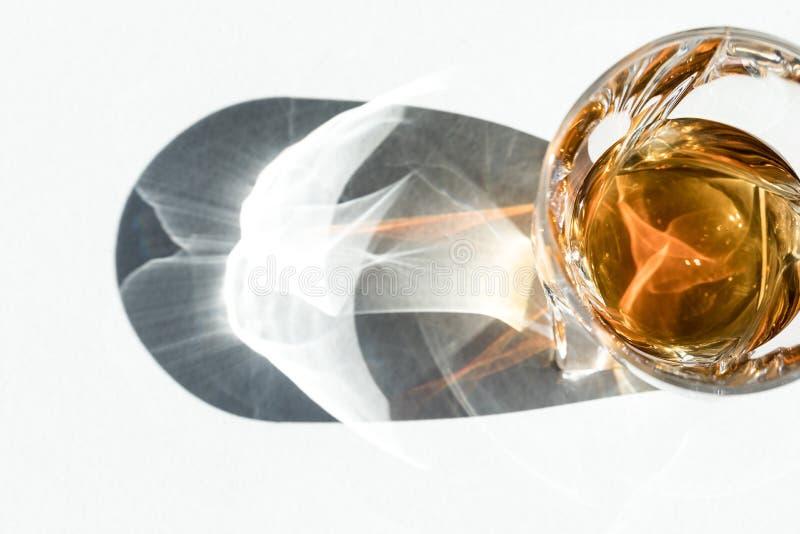 bästa sikt av förkylningbruntwhisky i exponeringsglas royaltyfria foton