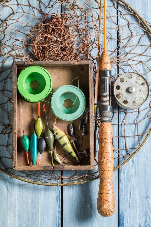 Bästa sikt av fiske för utrustning med flugor och stänger royaltyfria bilder