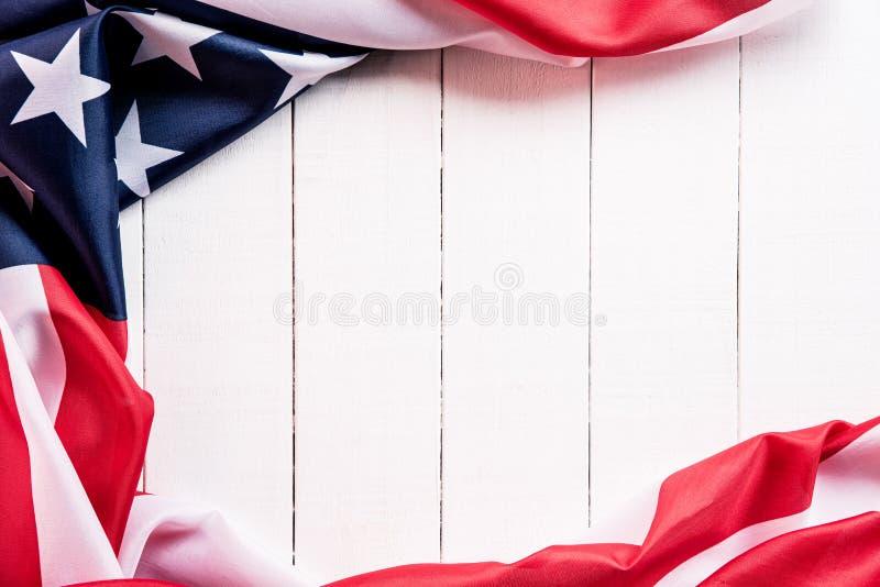 Bästa sikt av flaggan av Amerikas förenta stater på vit träbakgrund Sj?lvst?ndighetsdagen USA, minnesm?rke arkivbild