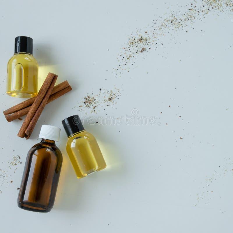 Bästa sikt av flaskor med kanelbrun nödvändig olja Sund kosmetisk produkt royaltyfria bilder